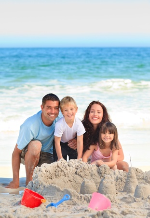 Strahlende Familie am Strand Stockfoto