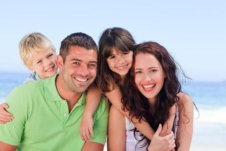 háton: Játszó gyermekek szüleikkel