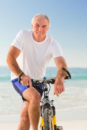 personas saludables: Hombre superior con su moto