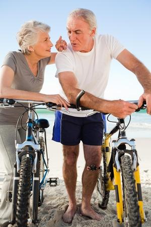 pareja saludable: Ex pareja con sus motos en la playa