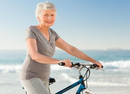 Senior Frau mit ihrem Fahrrad