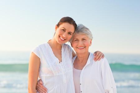 mother and daughter: Sonriente hija con su madre Foto de archivo