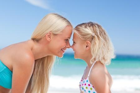 madre con hija: La hija se divierte con su madre