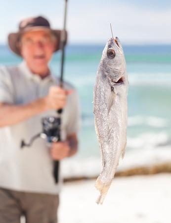 hombre pescando: Hombre de pesca en la playa