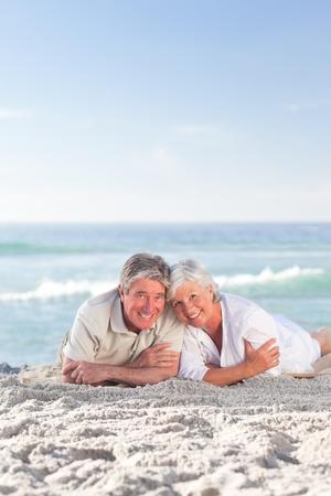 Junges Paar im Liegen am Strand