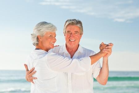 Junges Paar tanzt am Strand
