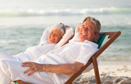 자신의 갑판 의자에 편안한 노인 부부