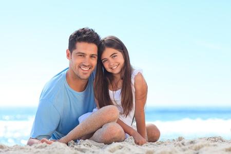 Padre con su hija en la playa