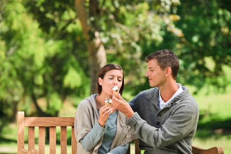 pareja comiendo: Pareja de comer un helado Foto de archivo