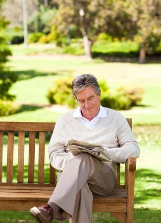 Ein Mann liest eine Zeitung Lizenzfreie Bilder - 10217391