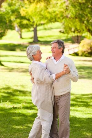 pareja bailando: Pareja de baile maduro en el parque
