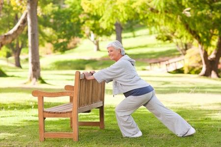Senior Frau macht ihre Strecken im Park