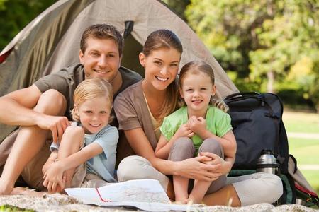 camp de vacances: Famille camping dans le parc.