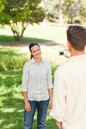 Фото парень фотографирует свою девушку118