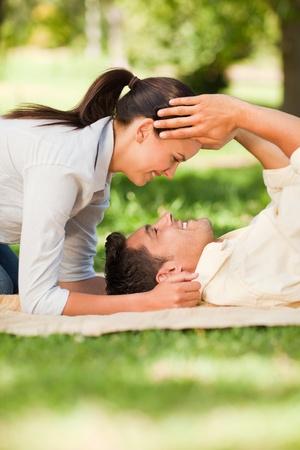 Gl�ckliches Paar im Liegen im Park