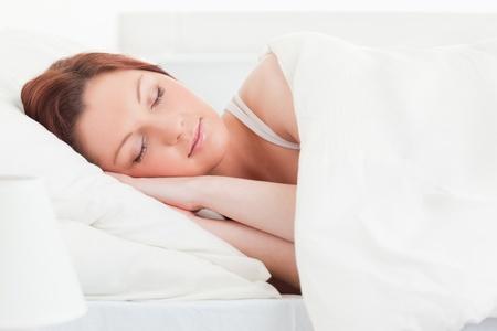 woman sleep: Primer plano de una mujer pelirroja buena pinta, dormir en su cama Foto de archivo