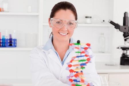 csigavonal: Mosolygó tudós mutatja a DNS kettős spirál modell