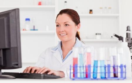 tecnico laboratorio: Cient�fico pelirrojo escribir un informe con su equipo