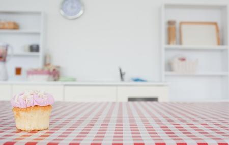 manteles: Un cupcake sobre un mantel en la cocina