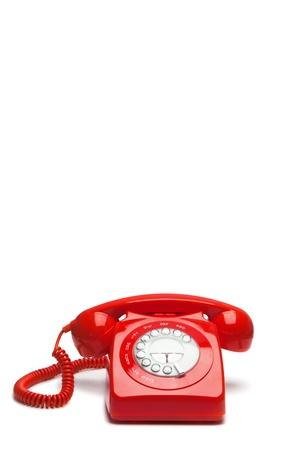 hotline: Antieke rode telefoon op een witte achtergrond