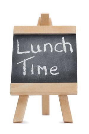 lunchen: Bord met de woorden lunch op geschreven geïsoleerd tegen een witte achtergrond