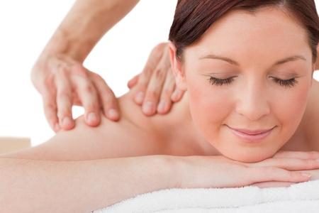 hair spa: Retrato de una mujer serena posando al recibir un masaje en un balneario