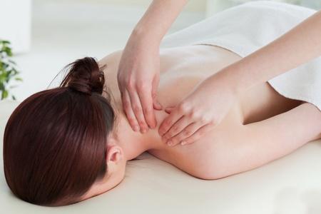 masaje deportivo: Mujer pelirroja teniendo un masaje de rodadura
