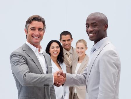mani che si stringono: Uomini d'affari caucasici e afro-americana si stringono la mano
