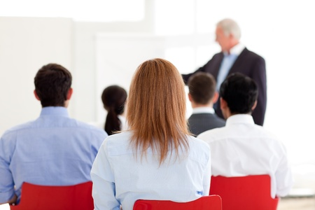 Senior manager het geven van een presentatie Stockfoto
