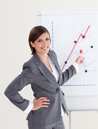 L�chelnd Gesch�ftsfrau Berichterstattung Verkaufszahlen