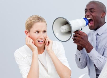empresario enojado: Hombre de negocios enojado buscando el ordenador de su compa�ero a trav�s de binoculares