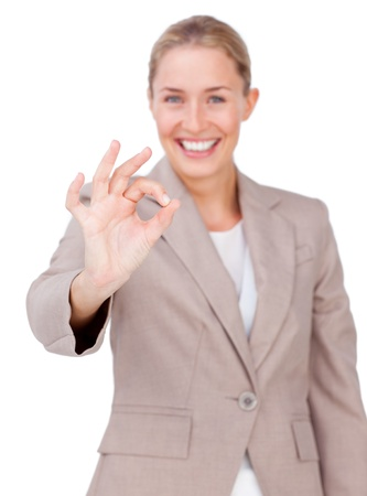 Caucásica de negocios que muestra signo de OK