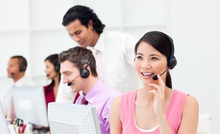 Mooie Aziatische klant-agent en haar team Stockfoto