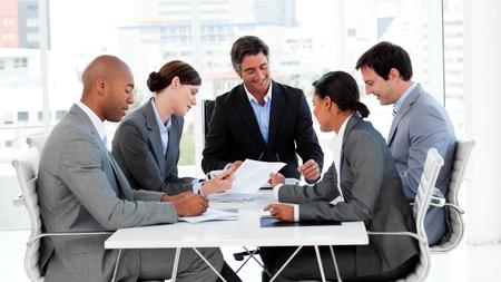 negocios internacionales: Multi-ethnic business team discutir una nueva estrategia