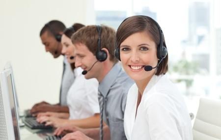 web service: Los agentes de servicio al cliente en un centro de llamadas Foto de archivo