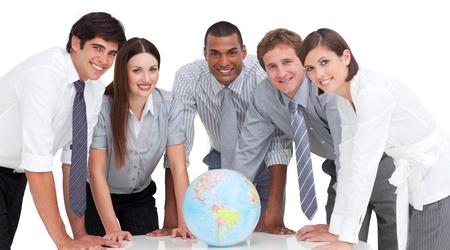 desarrollo sustentable: Retrato de equipo de negocios alrededor de un globo terrestre Foto de archivo