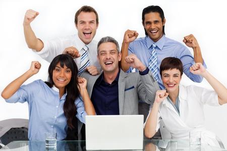ambiente laboral: Equipo de negocios afortunado dando pu�etazos al aire en celebraci�n Foto de archivo