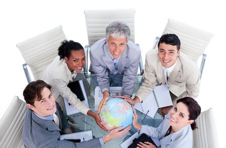 кавказцы: Высокий угол положительных деловых людей держит земной шар Фото со стока