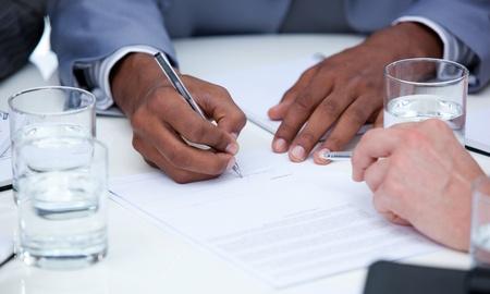 cerrando negocio: Primer plano de ambiciosos empresarios cerrar un trato