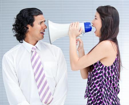 berisping: Woedend zakenvrouw schreeuwen door een megafoon