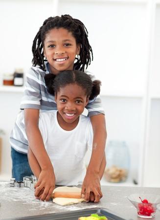 niños cocinando: Adorable hermano y hermana cocinar galletas  Foto de archivo