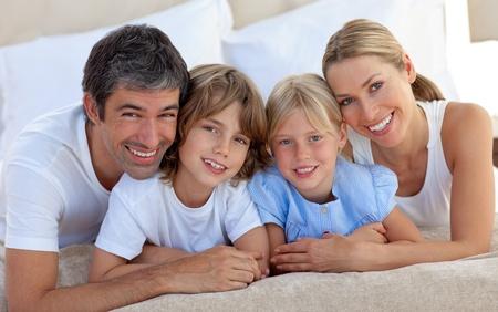 Frohe Familie Spa� im Schlafzimmer Lizenzfreie Bilder