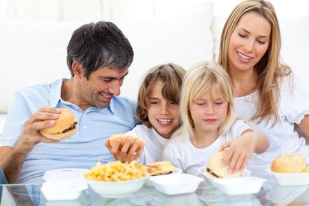 familia comiendo: Familia feliz comiendo hamburguesas