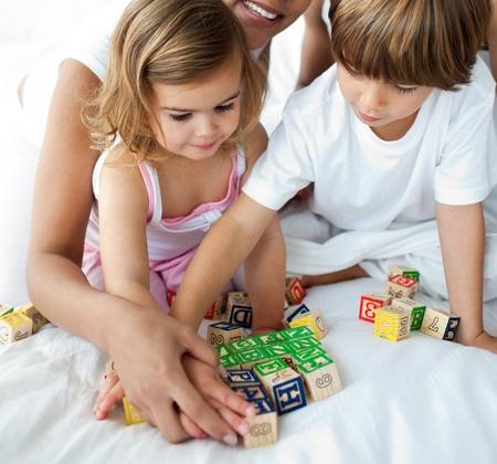 兄と妹キューブおもちゃで遊んでのクローズ アップ 写真素材
