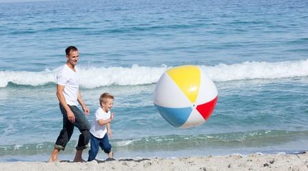 padre e hijo: Padre y su hijo que se divierten
