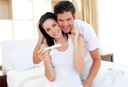Närbild av par att ta reda på resultatet av ett graviditetstest Stockfoto