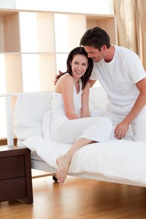 faire l amour: Jeune couple qui composent apr�s une ligne Banque d'images