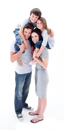 Vrolijke ouders geven hun kinderen piggyback rit Stockfoto