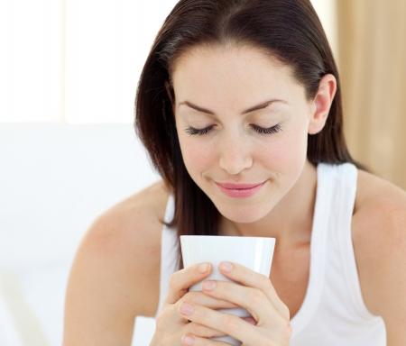 mujer tomando cafe: Hermosa mujer bebiendo un caf�