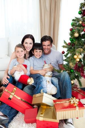 Glückliche Familie mit vielen Weihnachtsgeschenken
